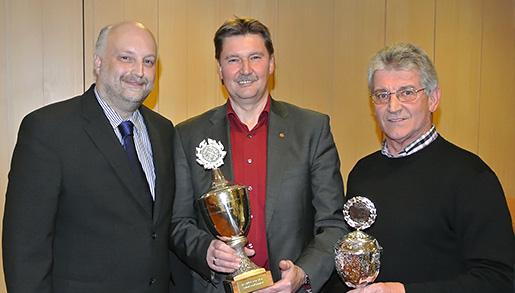 Dirk Heistermann, stellvertretender Oberst des ABS (links), überreichte die Pokale an Jürgen Berghahn (Mitte) und Hans-Joachim Seewald. © brink-medien