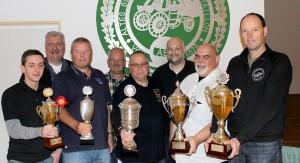Bataillonsschießen 2014: Stellv. Oberst Dirk Heistermann mit den glücklichen Pokalsiegern