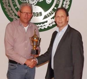 Siegerehrung: Der Gewinner Helmut Tönsmeier (links) mit Oberst Peter Begemann