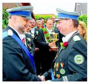 Oberst Peter Begemann (rechts) beförderte seinen Stellvertreter Major Dirk Heistermann zum Oberstleutnant