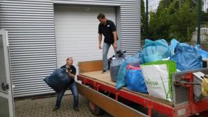 Thomas Wäser und Sebastian Seewald beim Verladen der Kleiderspenden