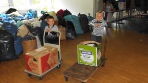 Die fleißigen Helfer Clemens und Jannis beim Transport der Kleiderspenden